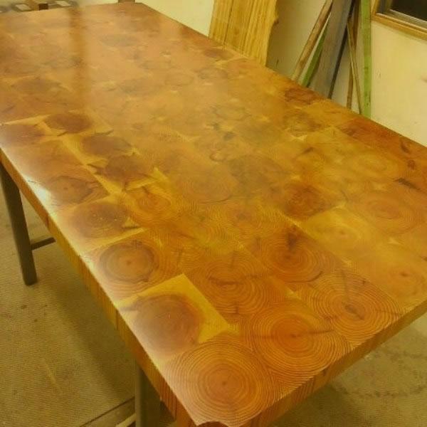 「杉の木の年輪が美しい 小口貼りテーブル」